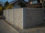 Gabionenwand mit Granitstehlen