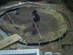 Nach erfolgtem Aushub muss der Teich mit Sand ausmodelliert werden um die Folie verlegen zu können. Der Sand schützt die Folie und lässt die Modellage zu einer geschmeidigen Form zu.